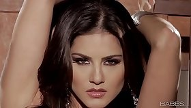 Babes - Sunlit UNCHAINED (Sunny Leone)